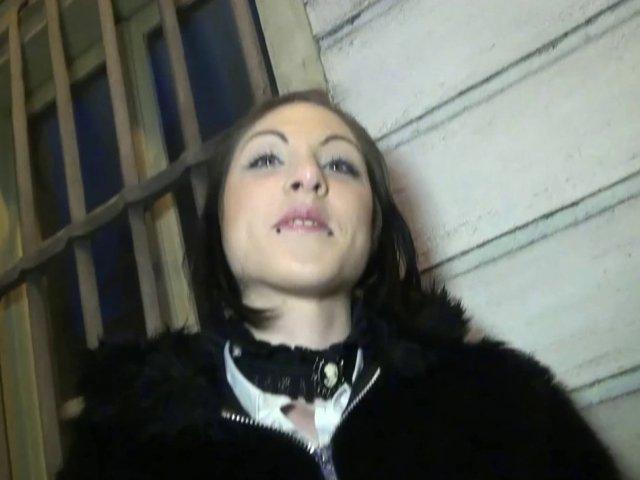 Darla, secrétaire de 25 ans à troyes, participe à un trio dans son appart! - סרטי סקס