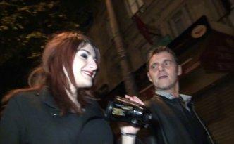 Cette bonne chienne de Lilith, caméra au poing, cherche le mâle dans les rues de Paris