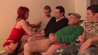 La rousse Djuliana se tape quatre clients dont un papy pervers !