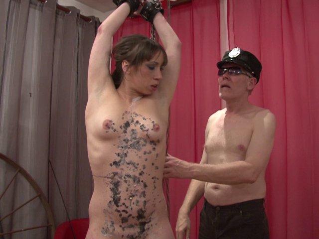 Cette jeune femme aime la punition sexuelle