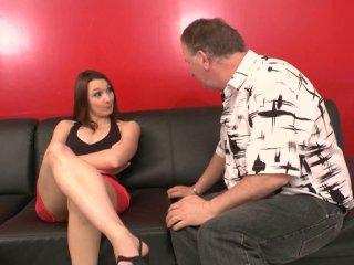 Double pénétration et fist anal pour une brunette sexy