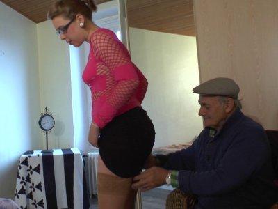 Papy a rendez vous avec Estelle, une demoiselle qui a envie de se faire un peu d