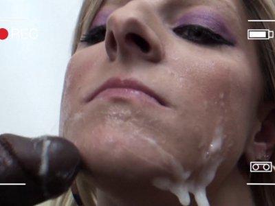 Une énorme vague de sperme sur son visage