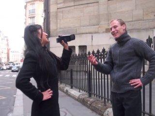 L'asiatique racolle un mec dans la rue et le baise