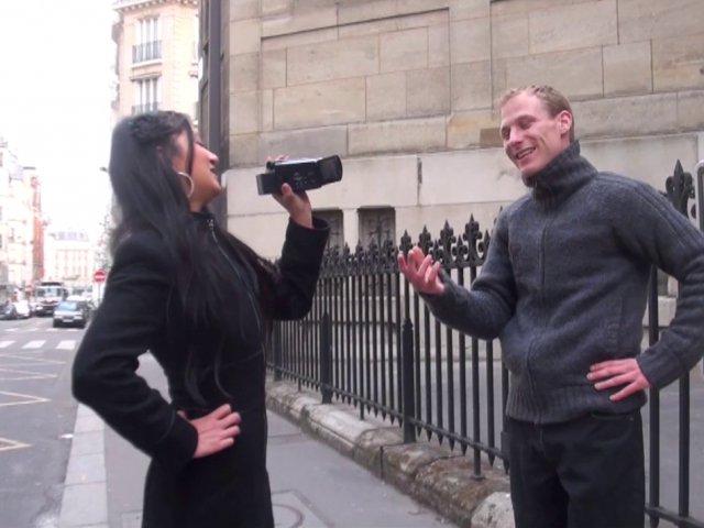 Hellsya choppe un mec dans la rue et le ramène chez elle pour une bonne baise