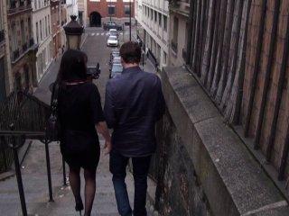 Jeune salope aborde des inconnus dans la rue pour une baise