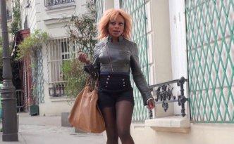 Naomie, une chaudasse black, part en chasse dans le quartier de Montmartre