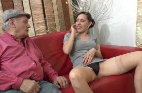 jeune femme suce un grand père de 80 ans