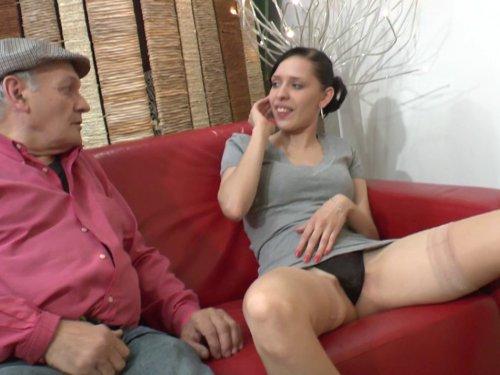 grand-père tripote une jeune fille dans une salle d'attente