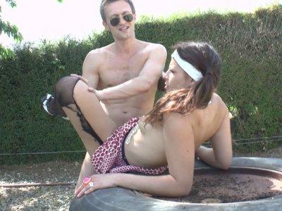 Un jeune couple se fait plaisir dans le cul