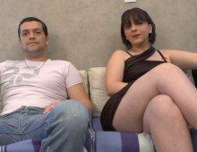 il encule sa femme à forte poitrine devant la caméra