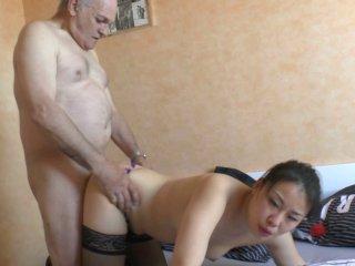 Papy arrive à choper une excellente asiat bien sexy