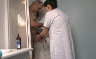 L'aide ménagère de Papy, une ravissante petite Chinoise, arrive et comme tous les matins, elle prend son café avec lui puis lui fait  prendre sa douche et finit par faire le lit
