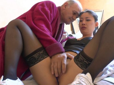 Un papy pervers se tape son asiatique d'assistante