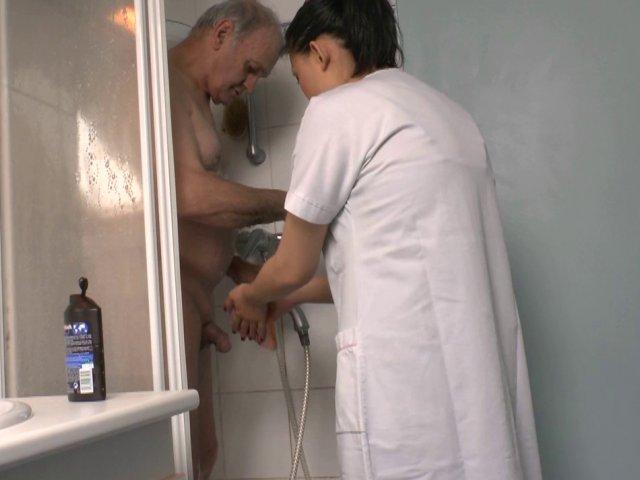 mon aide ménagère me branle la bite sous la douche