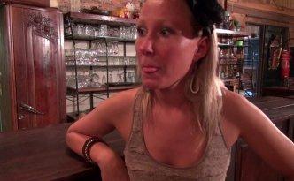 Une patronne de restaurant est en détresse car son évier est bouché et elle ouvre dans une heure