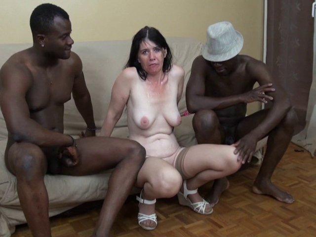 amatrice mature enfilée par deux noirs bien membrés