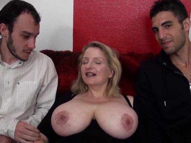 Blonde nymphomane aux gros seins naturels