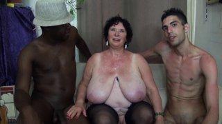 Trois jeunes black, blanc, beur pour mamie Olga, ancienne star du porno fran�ais