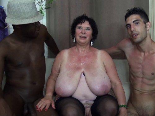 une grand-mère aux seins énormes se tape deux cailleras