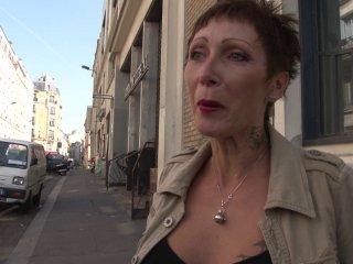 Sodomie douloureuse pour une mature tatouée à la chatte percée
