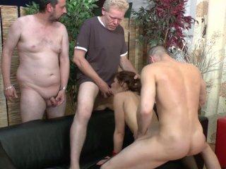 Jeune dominatrice enculée brutalement par trois hommes
