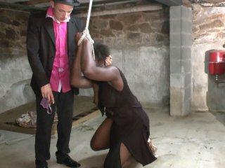 Vidéo extrême d'une black bien en chair dans une cave