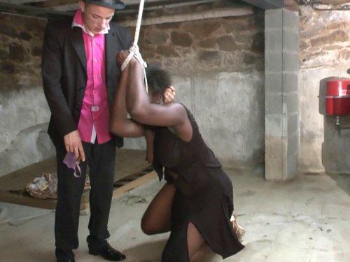 femme black adepte de la soumission hard