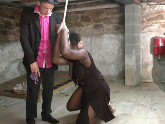 Cette femme black se fait humilier dans une cave