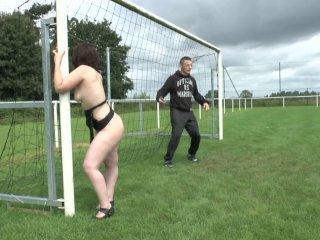 Une amatrice baisée par un joueur de foot et son coach sur le terrain