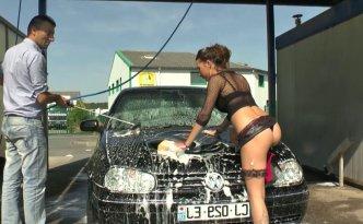 Porno reportage insolite en Ille-et-vilaine où nous avons proposé un défi à Channel, baiser avec le premier inconnu qui vient laver sa voiture dans la station de lavage où elle se trouve