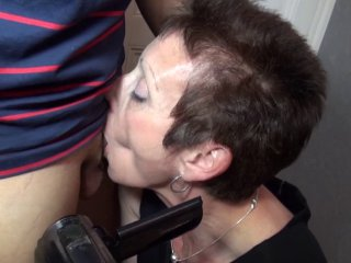 une retraitée se tape un petit jeune devant son mari