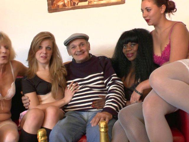 Pour ses 70 ans, papy pervers s'offre le cul de 4 grosses salopes