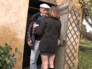 il caresse la culotte de sa future femme de ménage