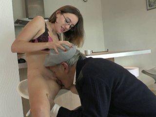 Jeune salope nique avec papy pervers