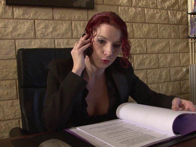 Un entretien d'embauche très chaud avec une rousse déterminée! - סרטי סקס