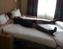 épouse soumise offerte dans une chambre d'hôtel à un étranger
