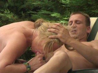 Fist fucking et sodo en plein air pour blonde salope