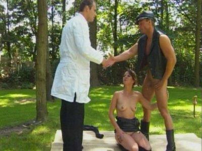 Toujours prêt à aider son prochain notre docteur prend une nouvelle patiente en