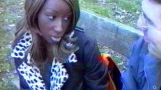 Blackette salope baisée par un inconnu devant son mec