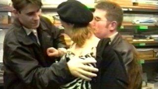 Jeune nympho baisée par un chauffeur de taxi et son client
