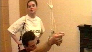 Un suspect sodomisé par une policière nympho en portes jarretelles