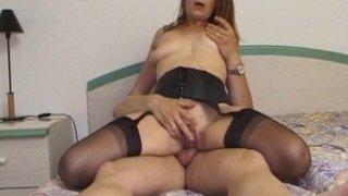 Une amatrice rouquine se fait baiser dans une chambre d'hôtel