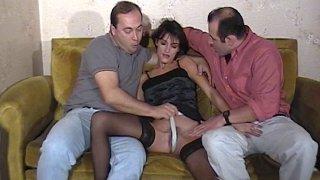 Triolisme vintage sur le canapé pour une brunette sexy en bas noirs
