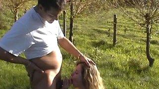 Baise amateur à la campagne avec un couple français cochon