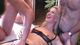Un homme fait tourner sa blonde à ses amis pour assouvir son fantasme