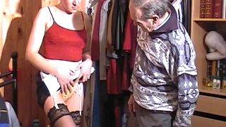 Cette femme de ménage en porte jarretelle ne laisse pas indifférent ce papy cochon