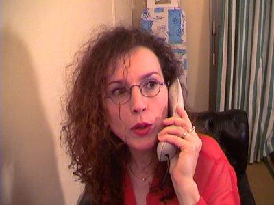 Cette bonne cochonne à lunettes a à peine dit au revoir à son mari qu'elle appel