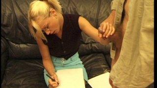 Vieux cochon profite de la candeur d'une jeune blonde pour se faire sucer