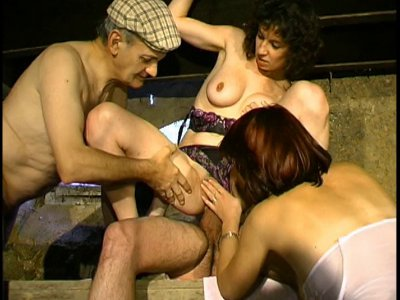 Après une légère dispute, 2 lesbiennes se réconcilient de façon coquine dans leu